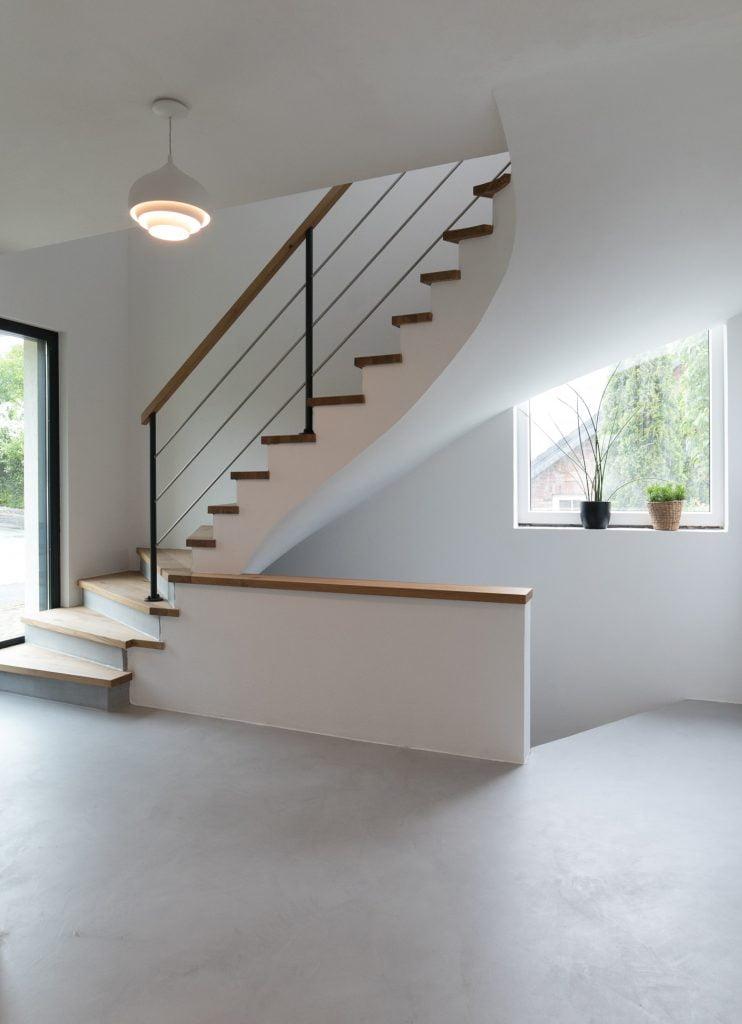 beton-cire-und-holz-treppe-grau-raumkonzept-nrw