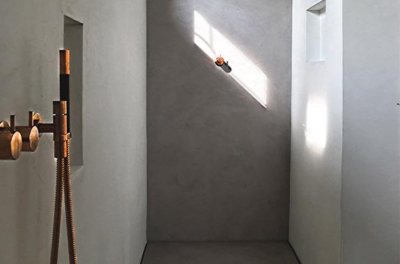 salle de bains design aspect béton