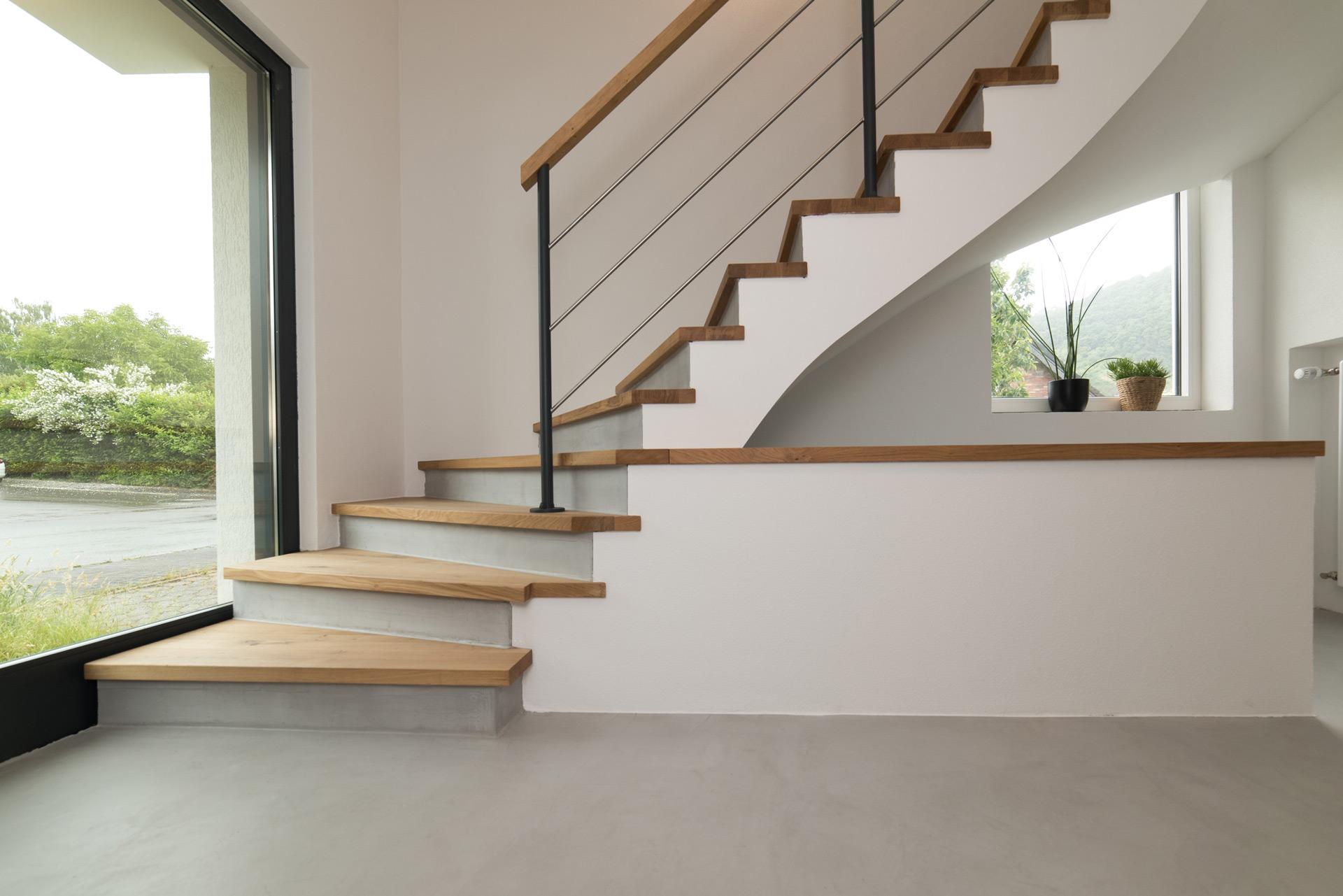 escalier rénové avec béton apparent